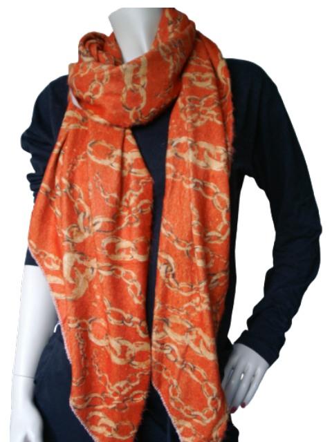 Gebreide sjaal oranje met okerkleurige ketting opdruk